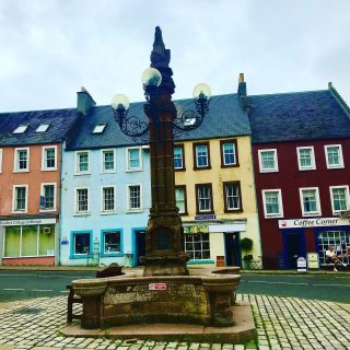 I went to Scotland today. I didn't mean to but Google kept sending me all over the place to petrol stations that were closed and in the end I drove to #jedburgh to get petrol. It's a pretty little town although most of the visitor attractions were closed. Great thing about your own #roadtrip is that you can wander off piste if you want.  🚗 🌼 🚗  #themadwomanintheattic #girlswhotravelsolo #traveluk #scotishborders