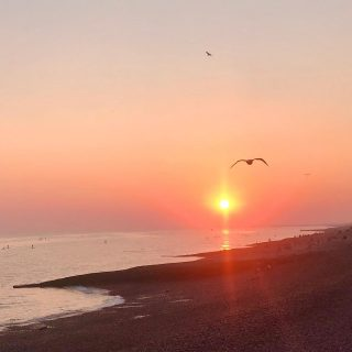 Home. After so long being home-free (mostly by choice but there was a time when it wasn't) it's sometimes strange to experience the whole coming home emotions. Sunset is now so early (7pm tonight) but I just managed to catch it.  🌅 ☀️ 🌅  #themadwomanintheattic #girlswhotravelsolo #brightonbeach #sunset_pics
