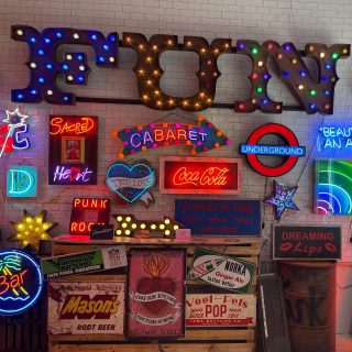 For anyone who feels the trip out to #walthamstow in travelzone 3 is just too far, the good news is that #godsownjunkyard have this popup shop in #leadenhallmarket  It reminded me that it's high time I took the train out there again.  🌻 🎨 🌞  #themadwomanintheattic #londonlife #girlswhotravelsolo #neonsigns #neonsignsonly #cityoflondonpics