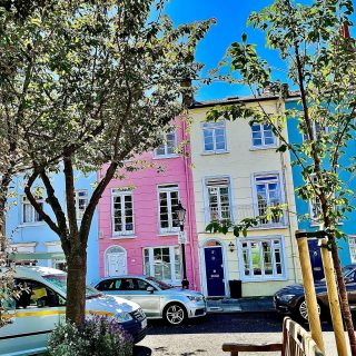I had to go over to #kensington today. I don't go to that side of London very often, so I took this photo of pretty colourful townhouses. What would it cost to live in a little square like this? Never mind; photos are free.  #colouredhouses #themadwomanintheattic #earlscourt #girlswhotravelsolo #prettycitylondon #londonsquares