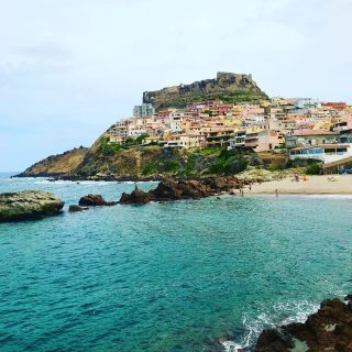 Visiting #castelsardo #sardinia   This is where I meant to go yesterday but ended up completely missing it somehow or other. Pretty little town with castle and beach. Lots of steps up to the castle.   🏝 🚗 ☀️  #themadwomanintheattic #girlswhotravelsolo #sardiniaroadtrip